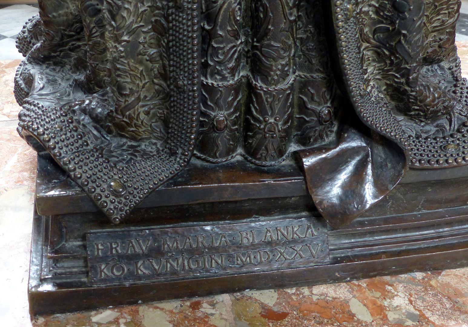 Kaiserin Bianca Maria Sforza (Innsbruck) Sockel mit Inschrift