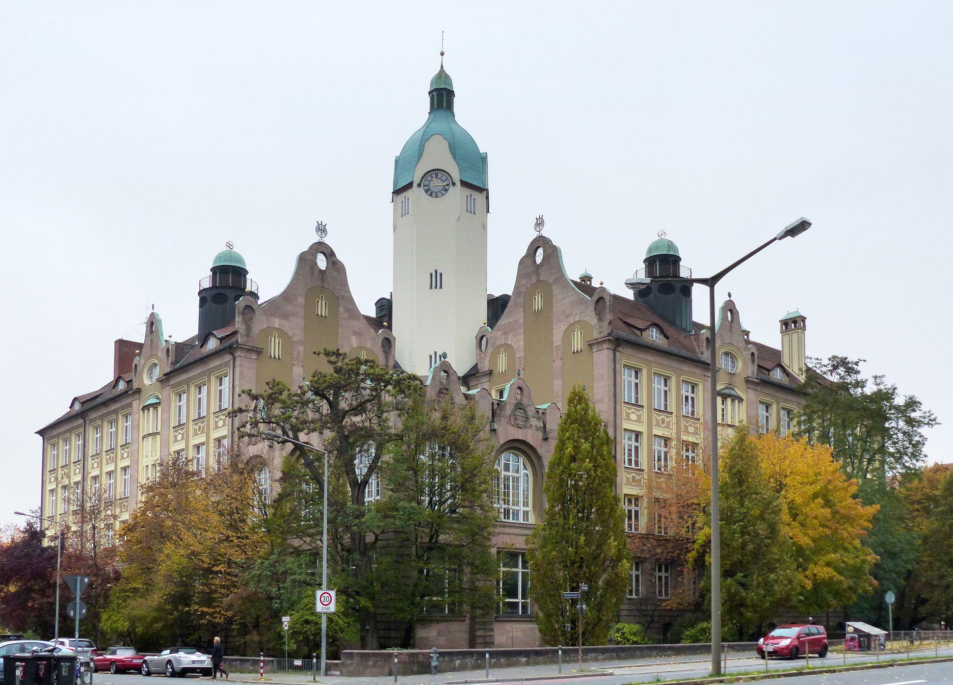 Bismarckschule Spiegelsymmetrische Gesamtansicht Fröbel-/ Ecke Welserstraße