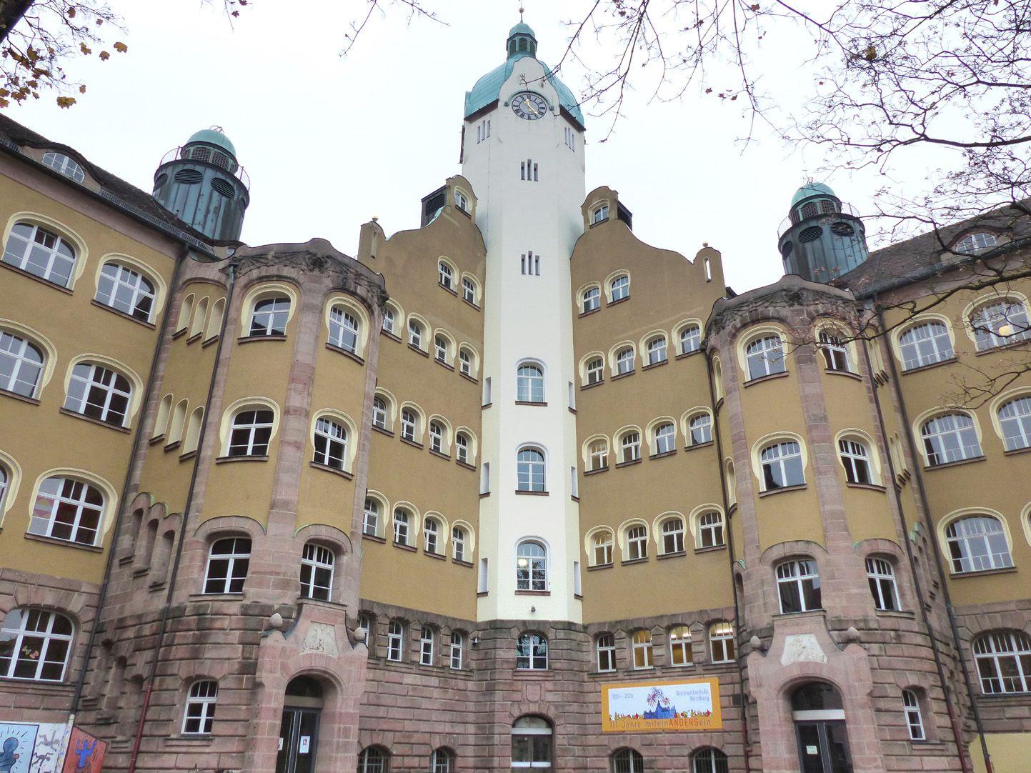 Bismarckschule Hofansicht mit Treppentürmen