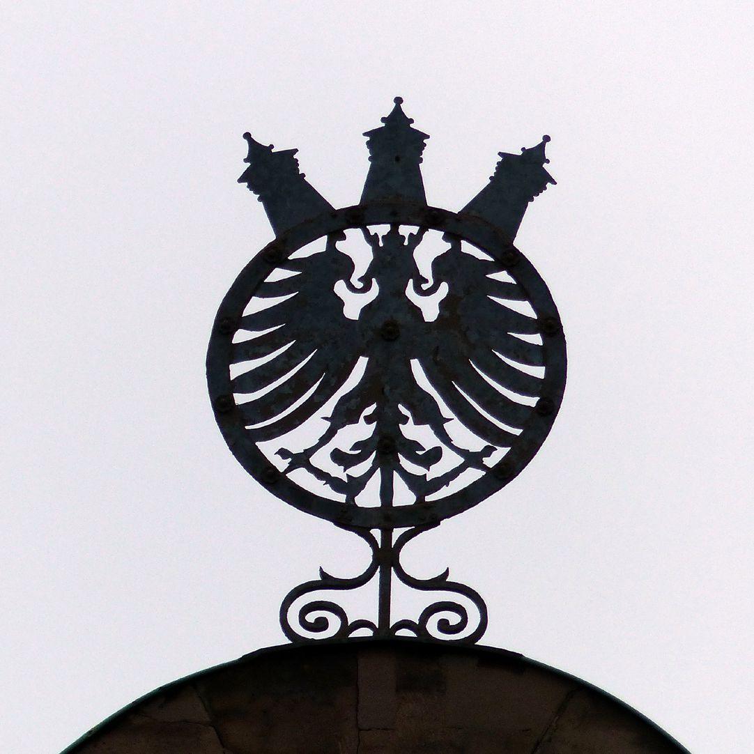 """Bismarckschule Schild mit Stadtwappen und """"dicken"""" Türmen auf   einem der Hauptschweifgiebel"""