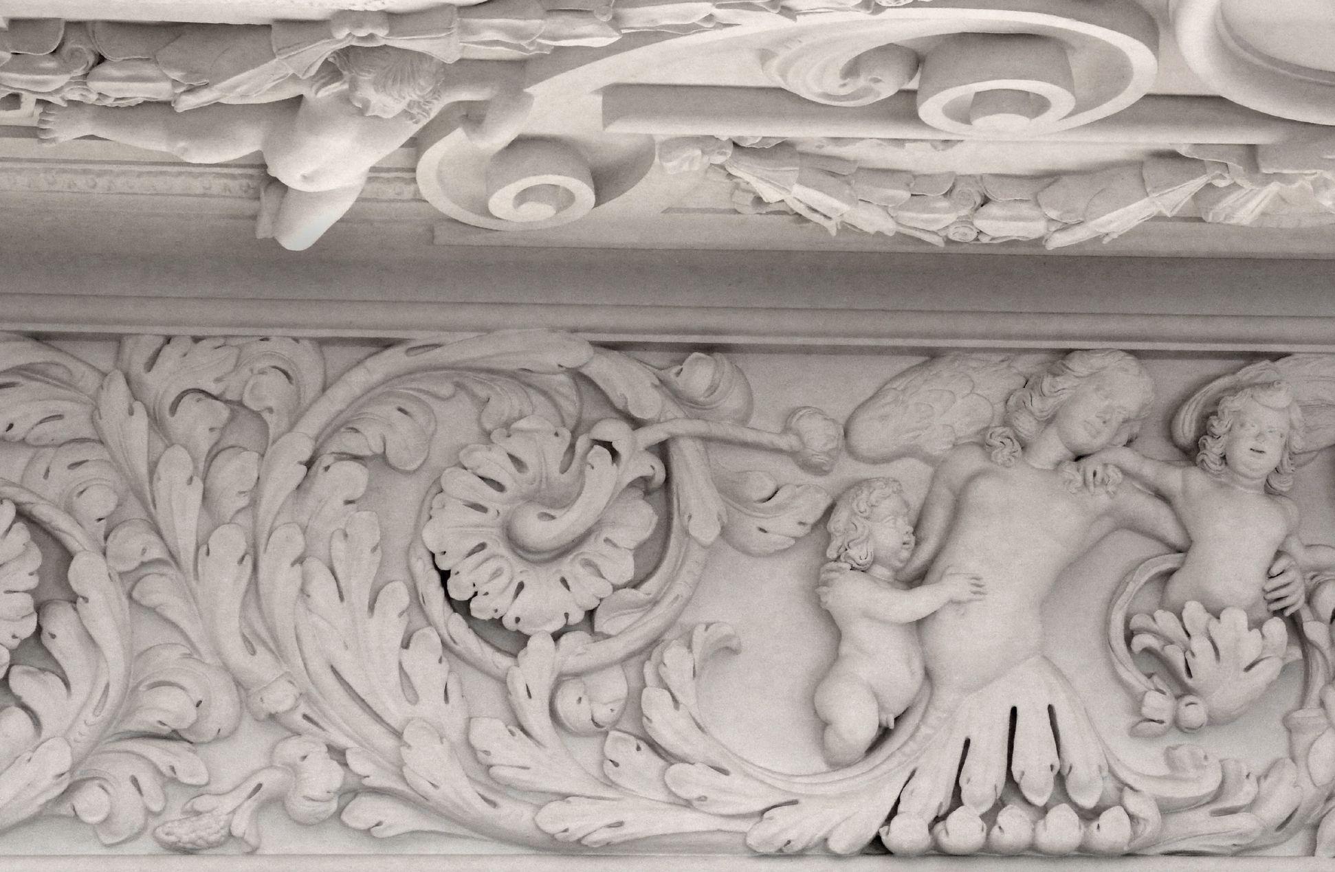 Brentano Saal Akanthusfries mit Fabelwesen und Putti