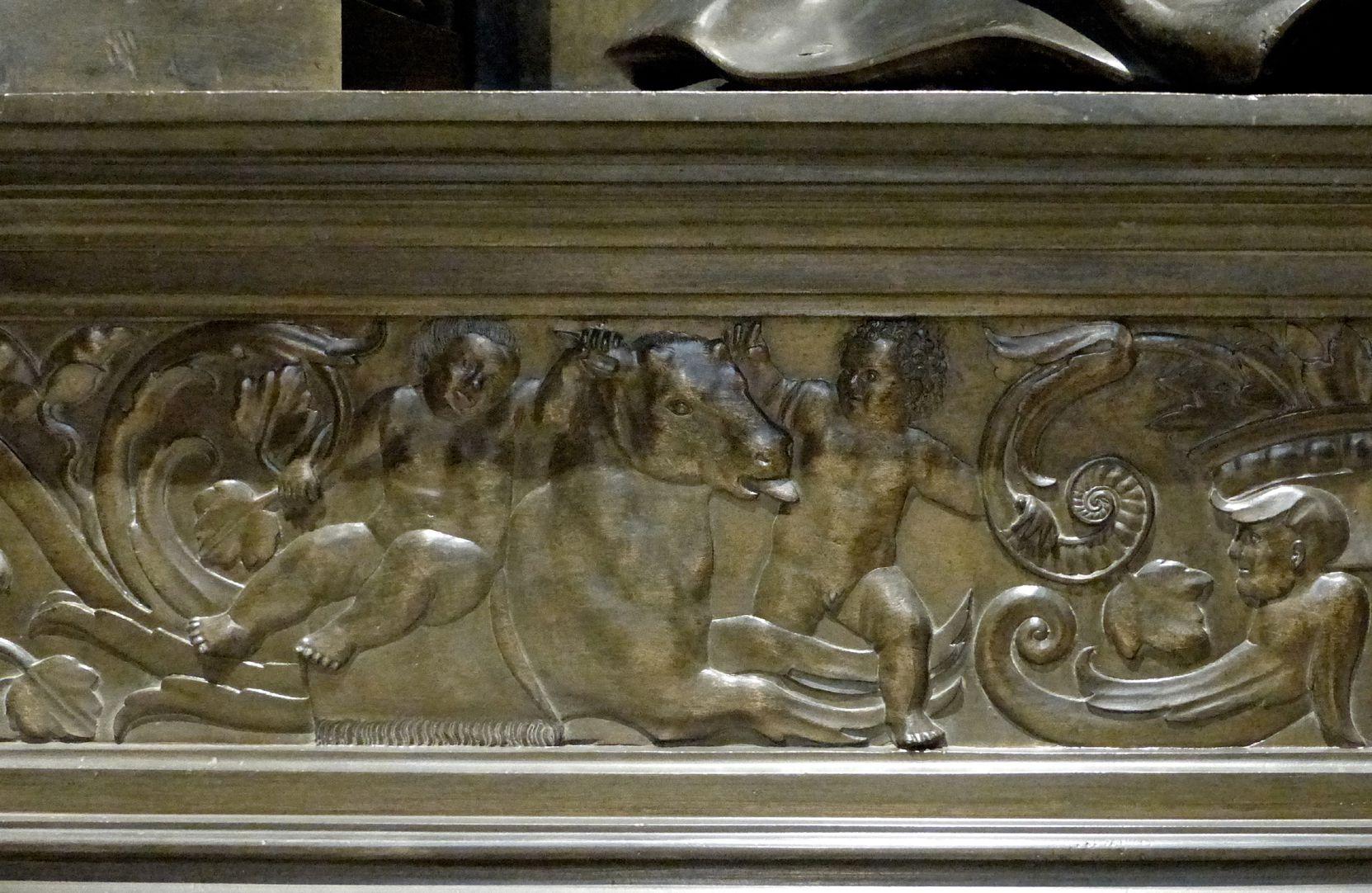 Grabmal Friedrichs des Weisen (Wittenberg) Grabplatte, Sockel: mit einem Stier/Fabelwesen spielende Putti, links