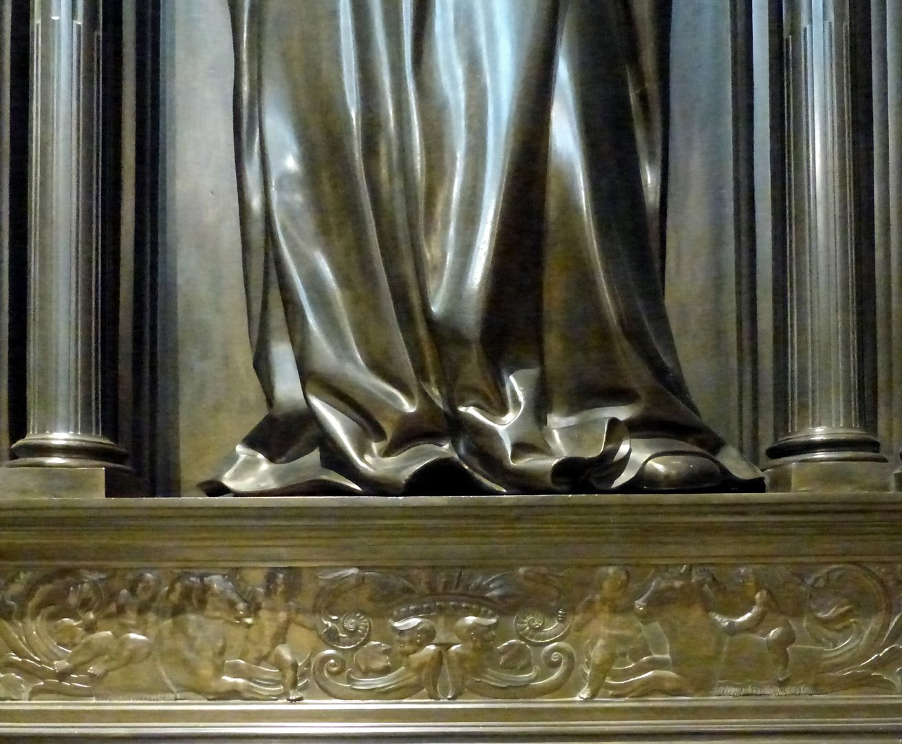 Grabmal Friedrichs des Weisen (Wittenberg) Sockel, Grotesken