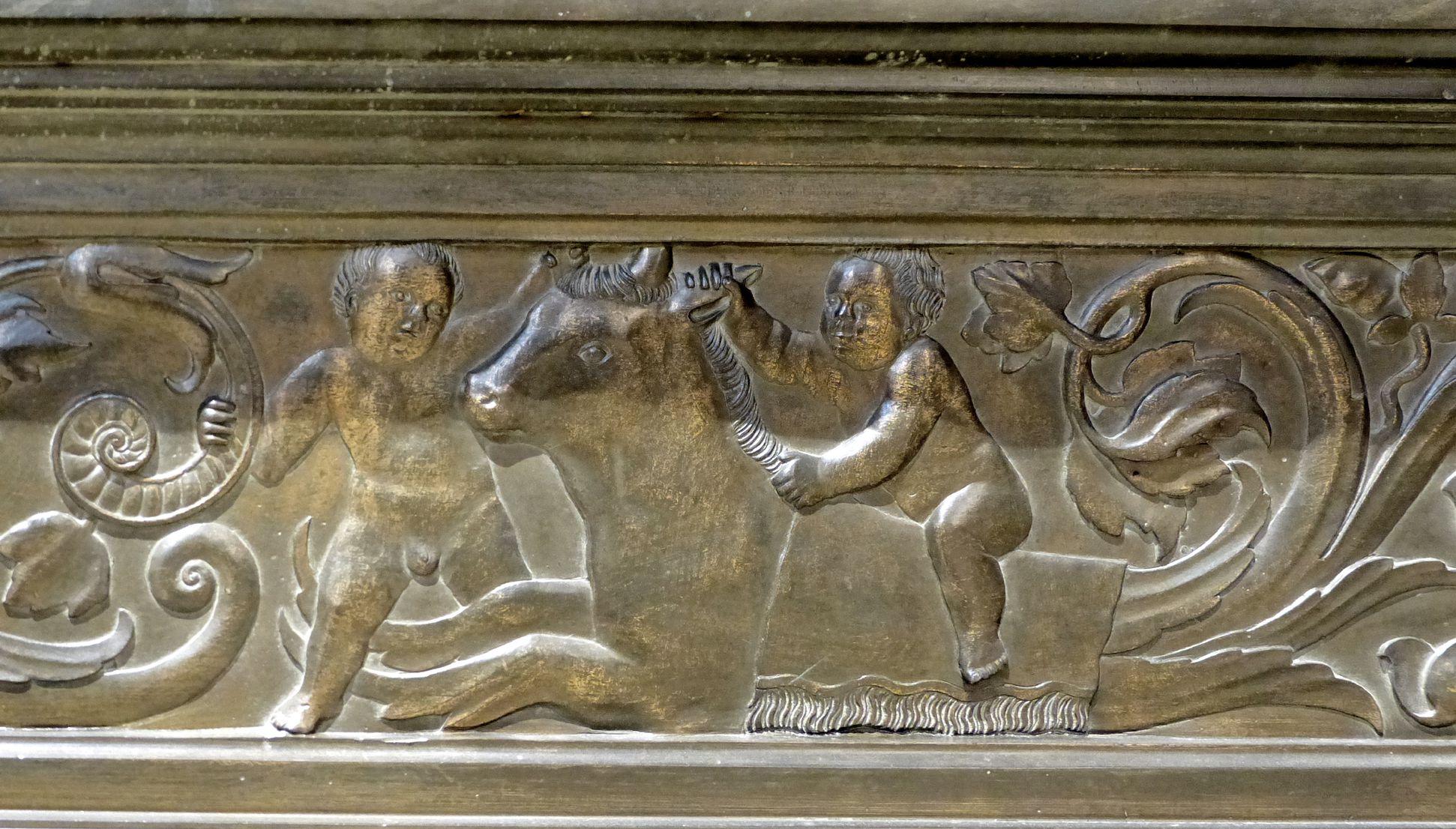 Grabmal Friedrichs des Weisen (Wittenberg) Grabplatte, Sockel: mit einem Stier/Fabelwesen spielende Putti, rechts