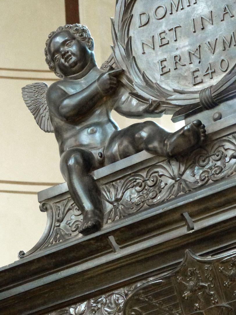 Grabmal Friedrichs des Weisen (Wittenberg) linker Engel als Tafelträger  /  VERBUM DOMINI MANET IN AETERNUM E 40
