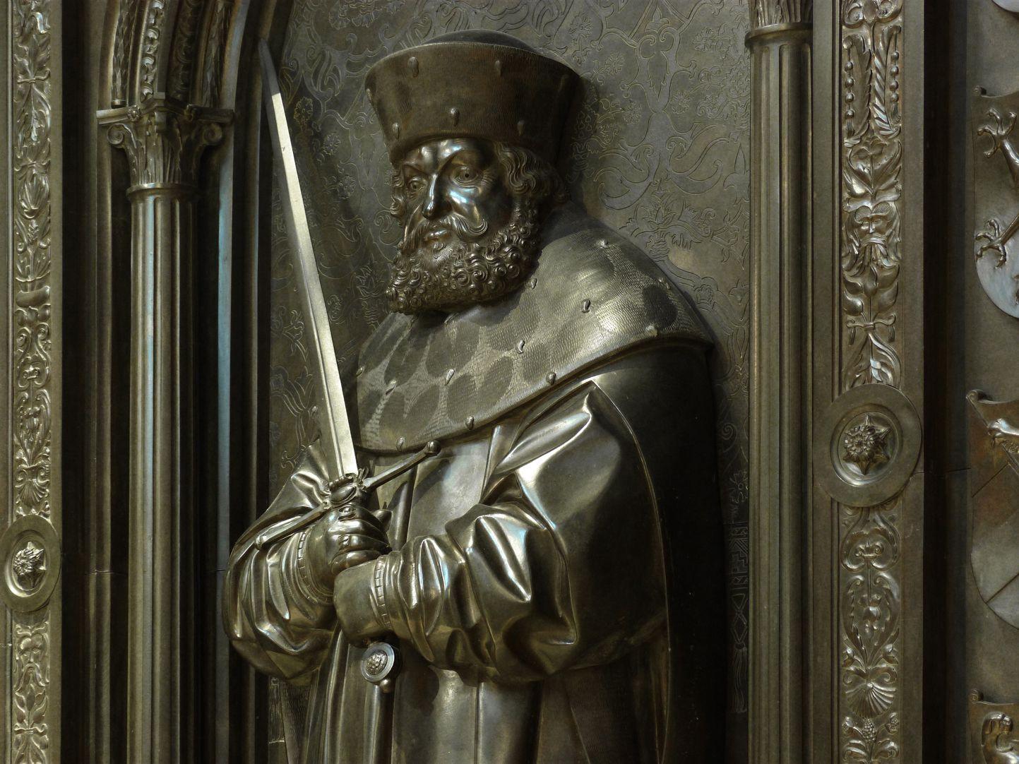 Grabmal Friedrichs des Weisen (Wittenberg) Friedrich der Weise im Kurfürstenornat mit dem Schwert des Erzmarschalls, Detail, Schrägansicht