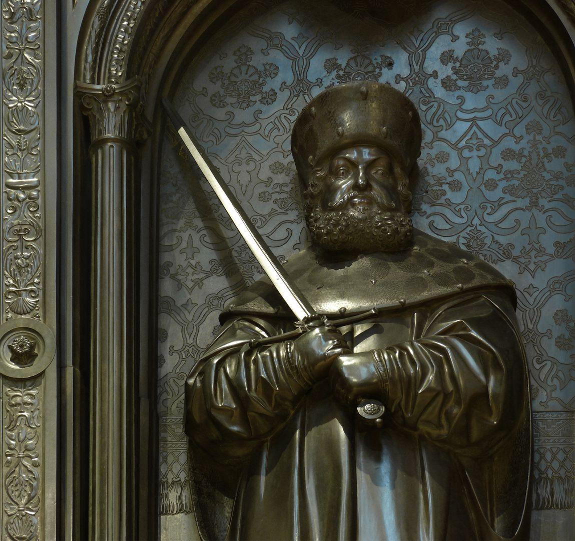 Grabmal Friedrichs des Weisen (Wittenberg) Friedrich der Weise, Frontalansicht auf dem Hintergrund eines Brokatimitats