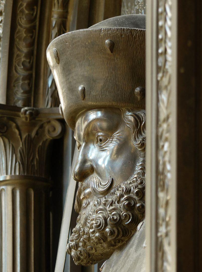 Grabmal Friedrichs des Weisen (Wittenberg) Friedrich der Weise, Hochrelief des Kopfes, Schrägansicht