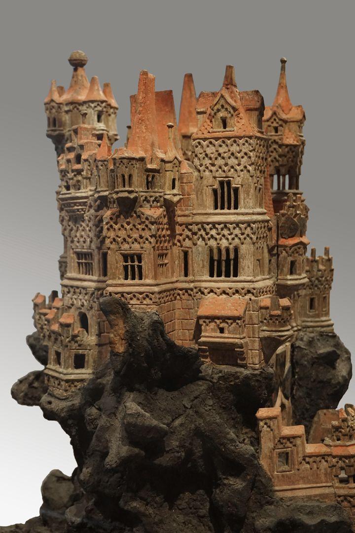Modell einer Ritterburg Detail des Haupthauses (Ganerbenburg?- also eine von mehreren Parteien errichtete bzw. bewohnte Burg, so Burg Eltz)