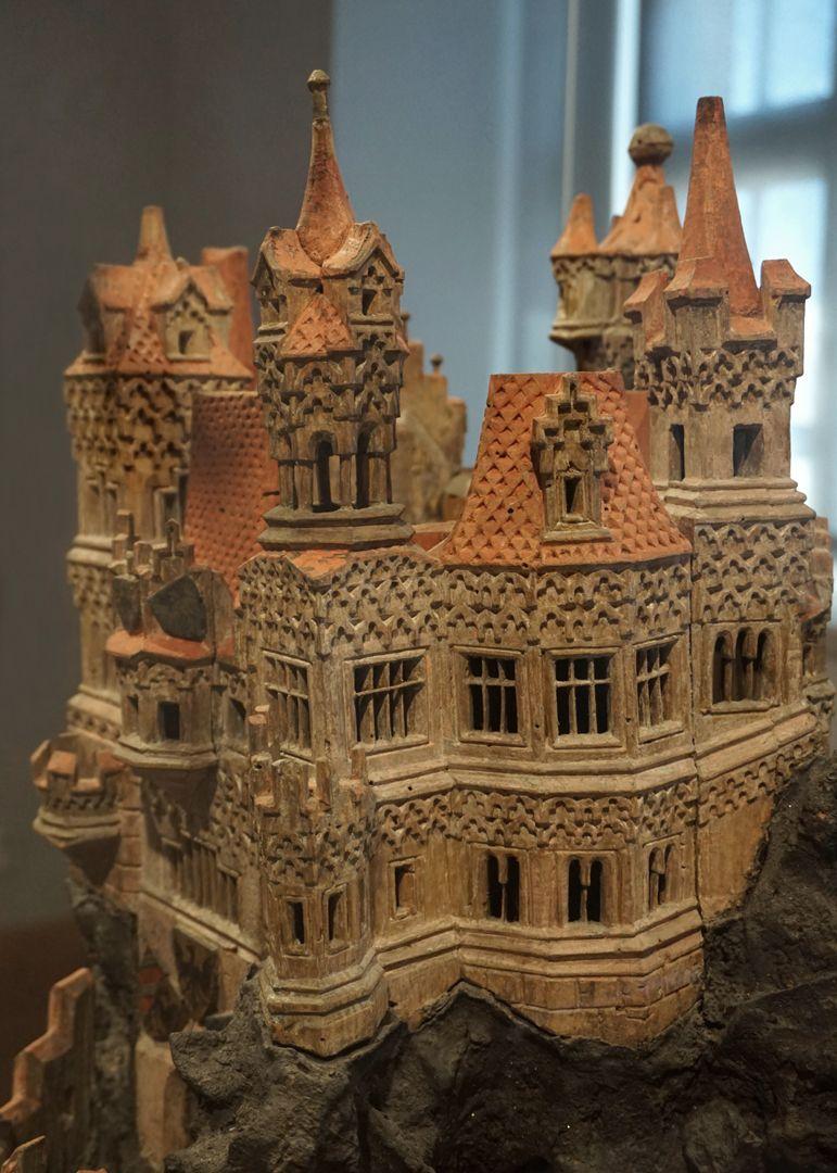 Modell einer Ritterburg rechte Burghälfte