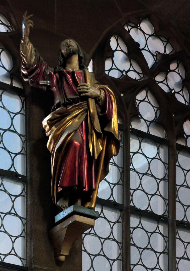 Christus Christus weist mit seinem Blick und seiner Rechten zum Himmel. Schrägansicht von Südwest