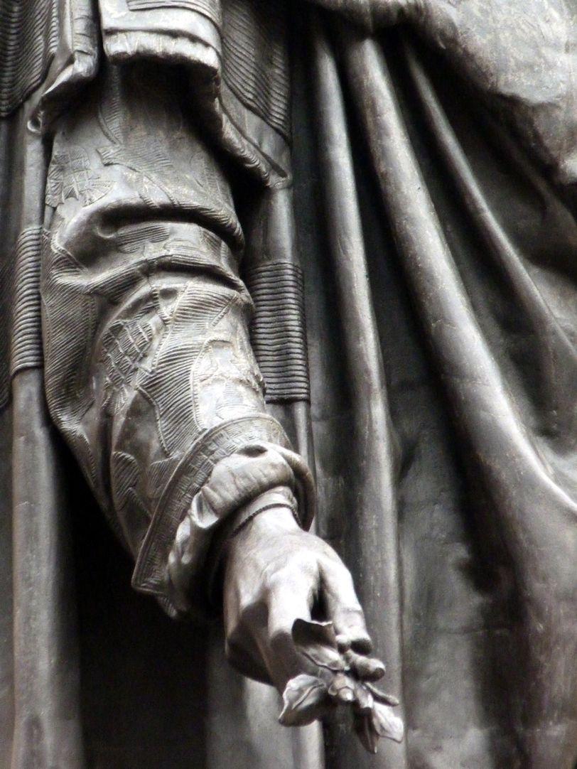 Albrecht-Dürer-Denkmal rechter Arm mit Zweig
