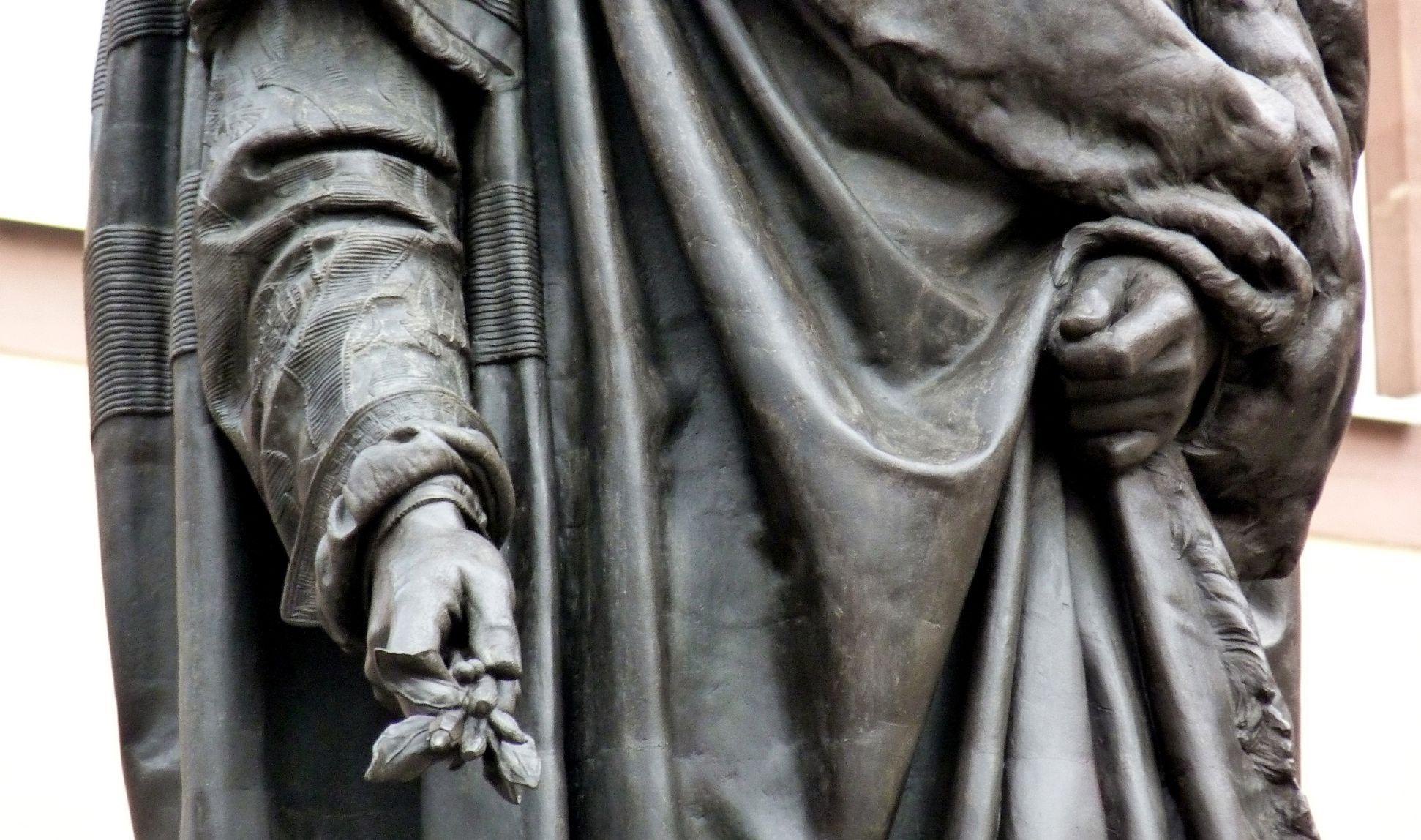 Albrecht-Dürer-Denkmal Detail mit Gewand und Händen