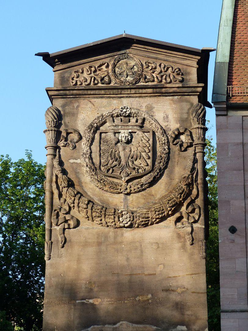 Dürer-Pirckheimer-Brunnen Pylon mit Stadtwappen, Nordseite