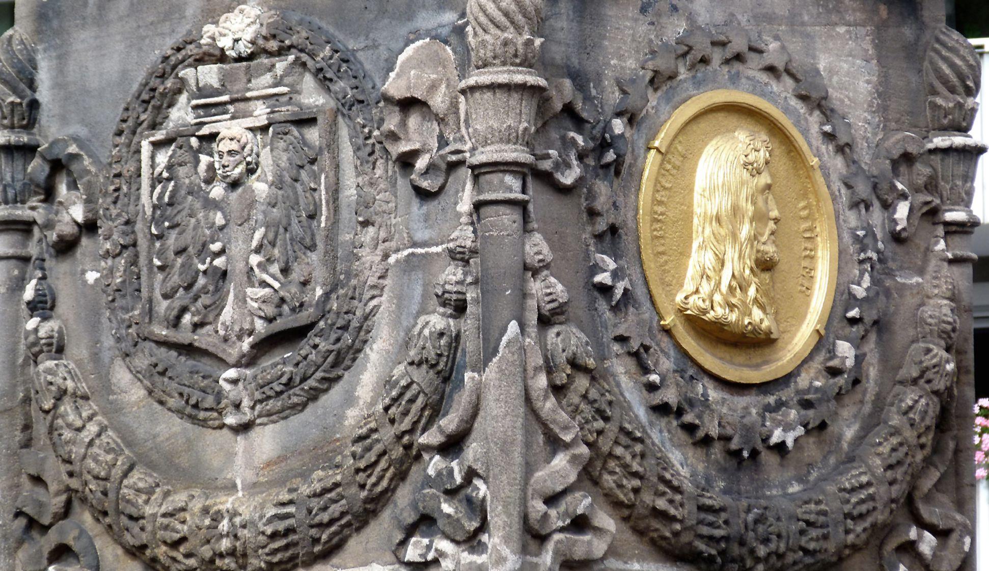 Dürer-Pirckheimer-Brunnen Pylon mit Stadtwappen und Dürermedaillon, Nordwestecke