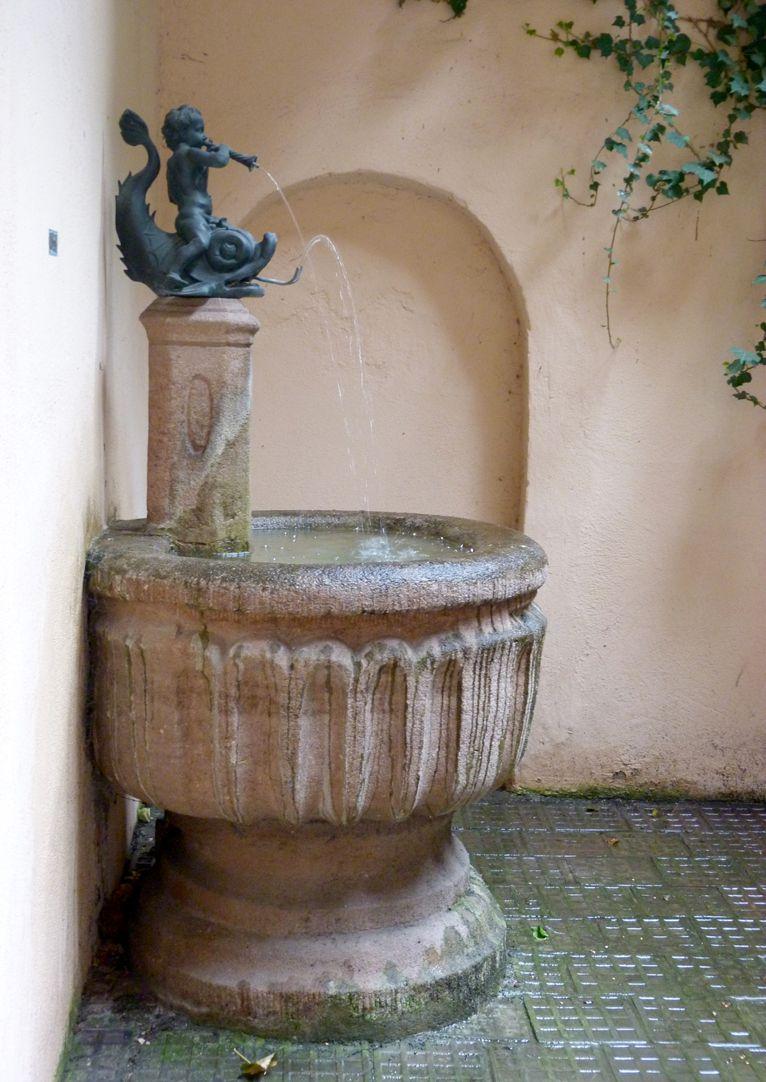 Delphinreiterbrunnen Seitenansicht des Brunnens