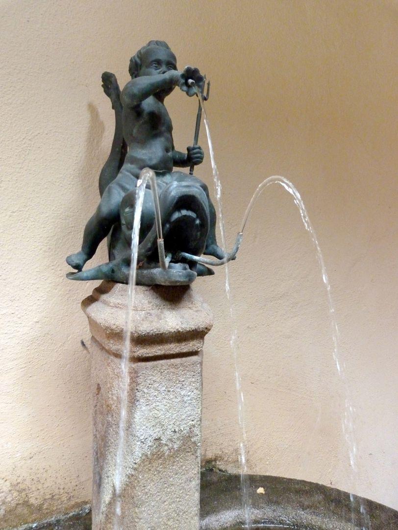 Delphinreiterbrunnen Brunnensäule mit Bronzefigur, frontal