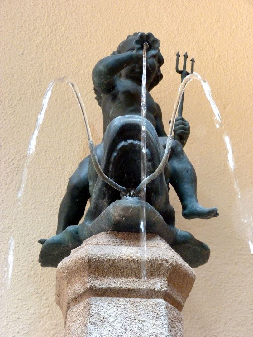 Delphinreiterbrunnen Bronzefigur, Untersicht frontal