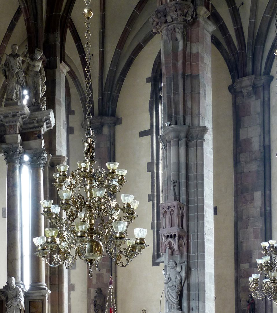 Messingkronleuchter in Bozen Kronleuchter im Kirchenraum