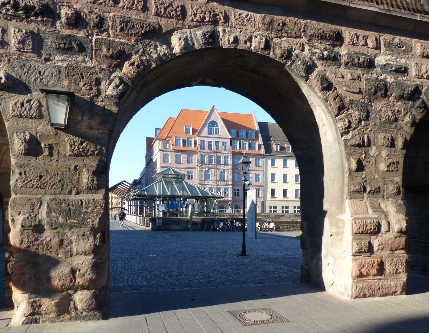 Hotel Deutscher Hof Durchblick durch die Stadtmauer
