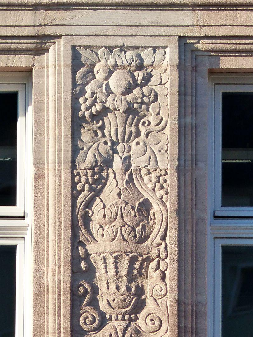 Hotel Deutscher Hof Flacherker, Detail Vasenrelief