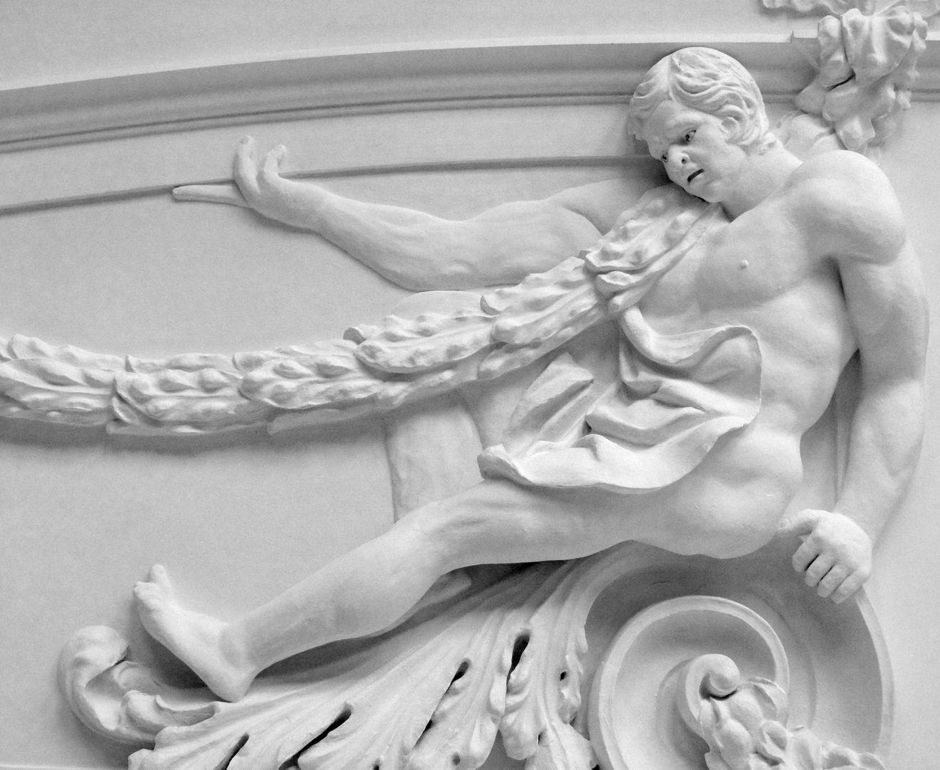 Stuckdecke aus dem Gartensaal des ehemaligen Merkelschen Anwesen Auf einer Volute sitzender Mann mit Girlande in südöstlicher Zimmerdecke