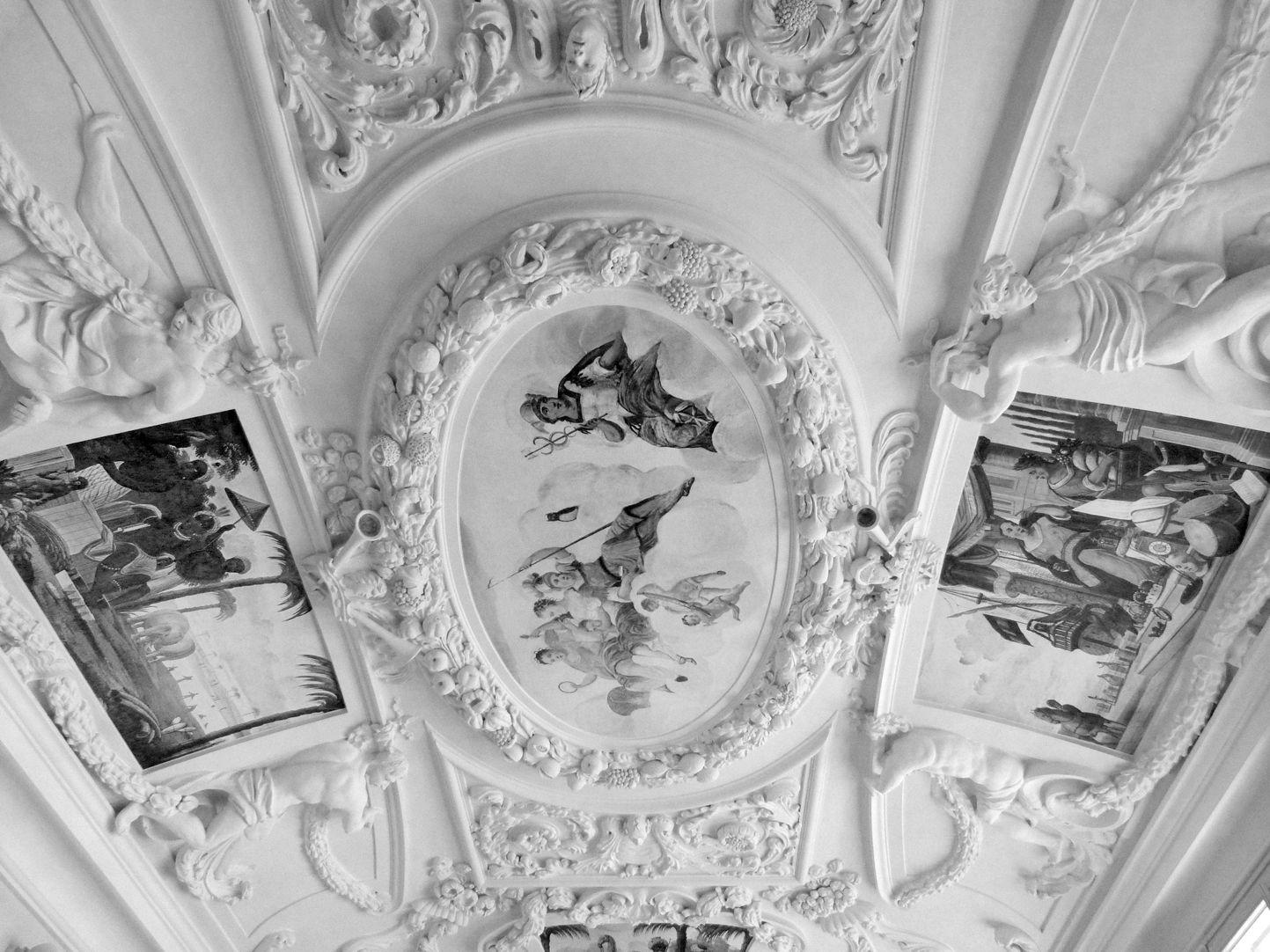Stuckdecke aus dem Gartensaal des ehemaligen Merkelschen Anwesen Blick zur Decke in Richtung Westen
