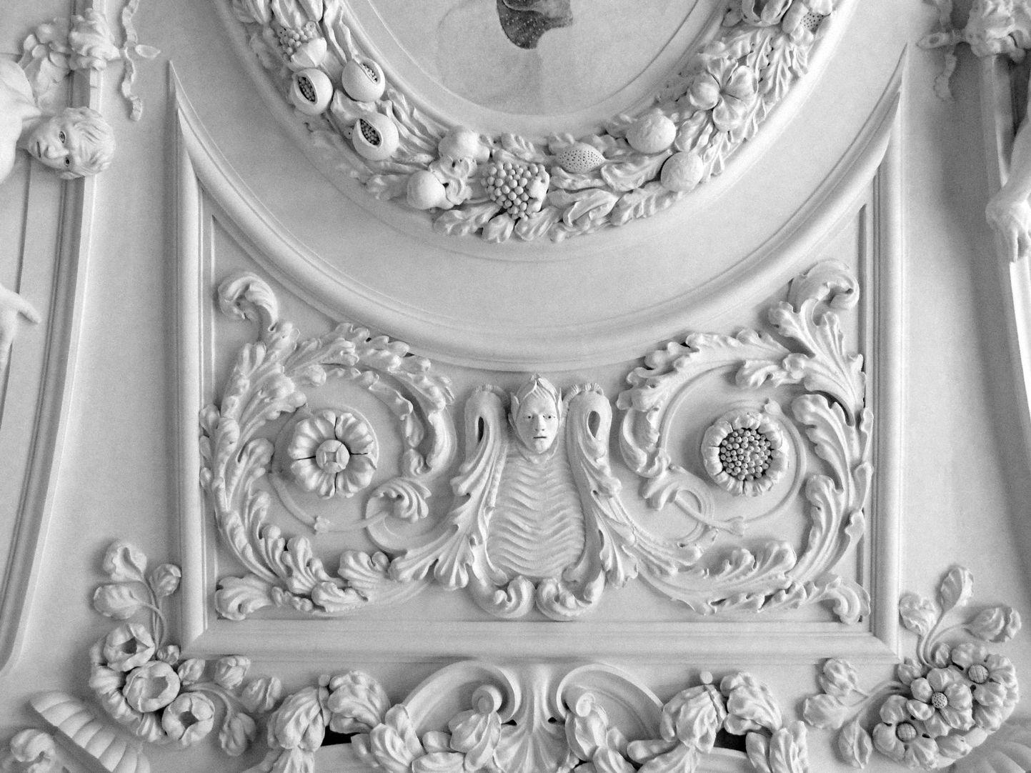 Stuckdecke aus dem Gartensaal des ehemaligen Merkelschen Anwesen Deckenstuckfeld an der westlichen Stirnseite
