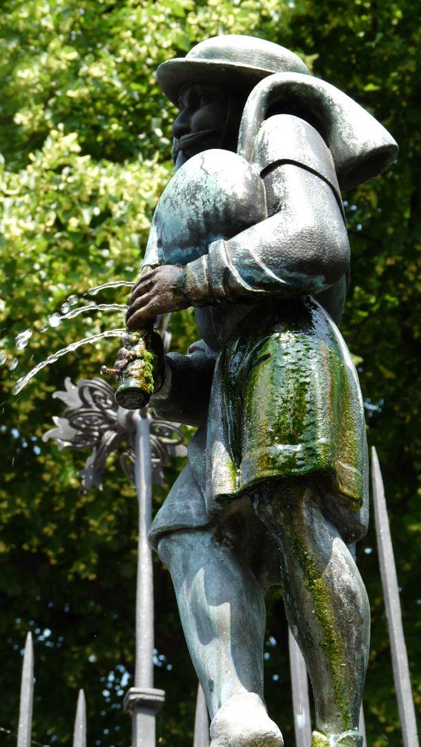 Dudelsackpfeiferbrunnen Dudelsackpfeifer, Seitenansicht von Nord