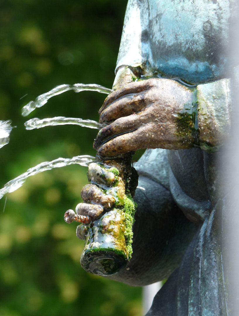 Dudelsackpfeiferbrunnen Detail mit Grifflöchern