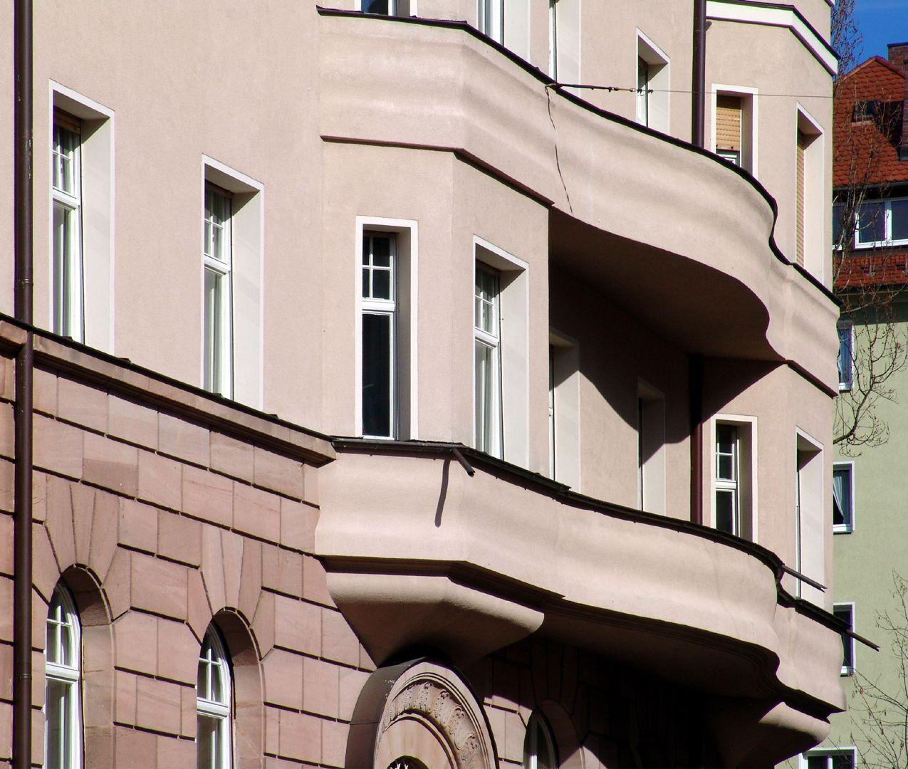 Wohnhaus, Burgschmietstraße 12 kurvierte Balkone