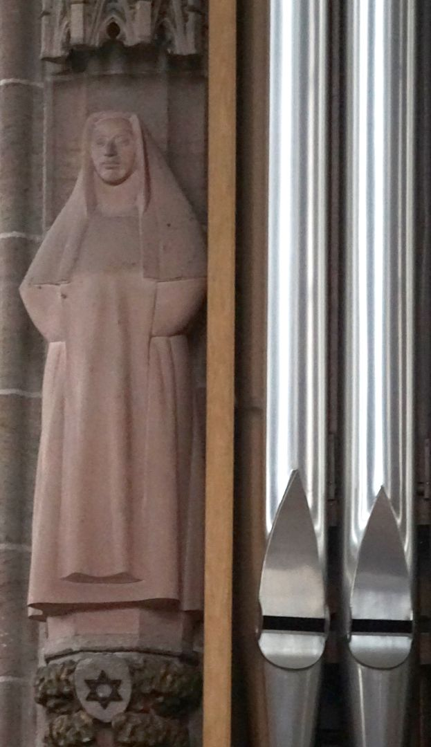 Edith Stein Standort neben der Orgel