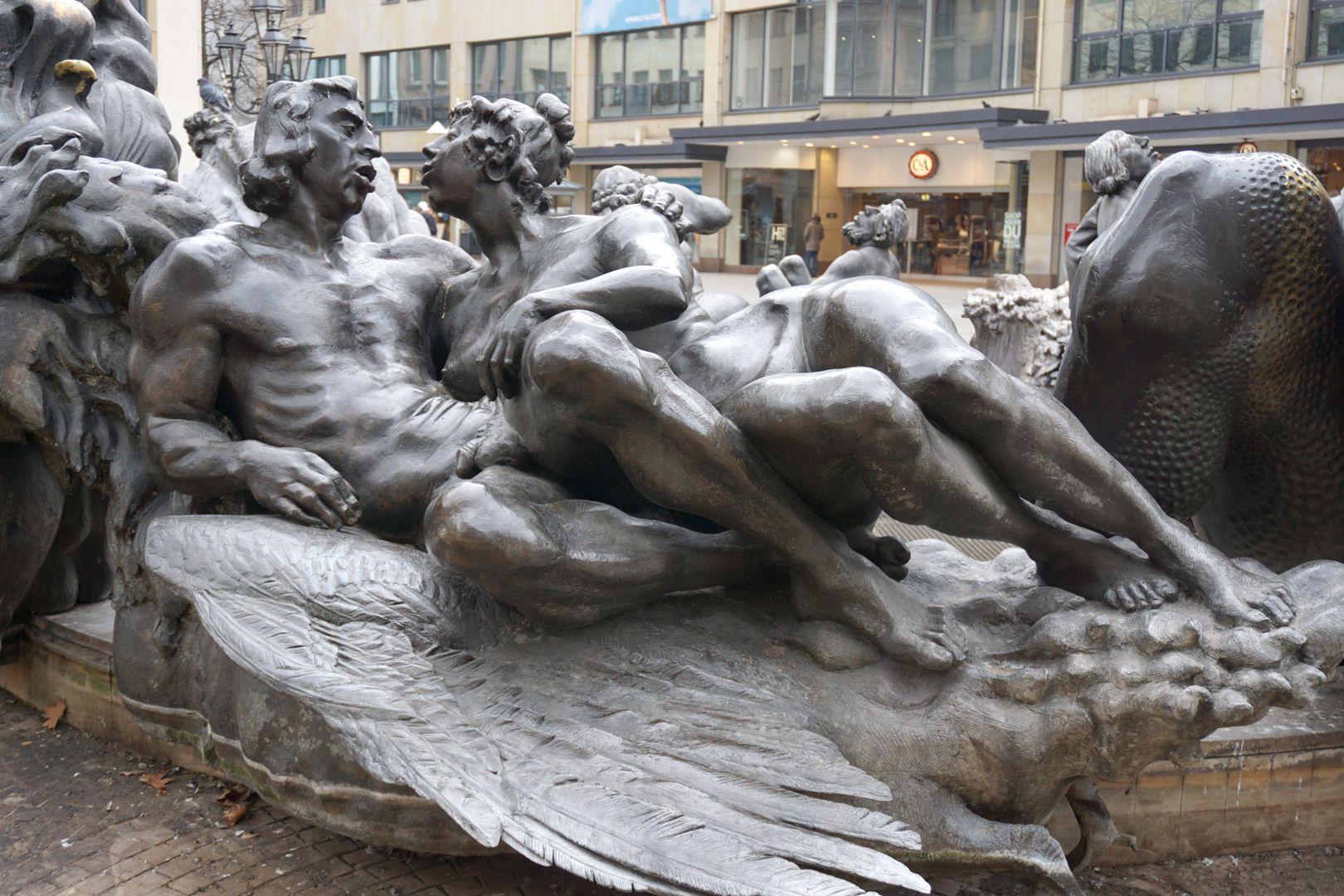 """Ehekarussell / Hans-Sachs-Brunnen Liebespaar auf dem """"Schwanenwagen"""" / Das nackte Paar küßt sich """"in den Federn"""" / """"...der Schwan stehr für die Liebe und ist außerdem ein häufiger Karussellwagen"""" (J.W.)"""