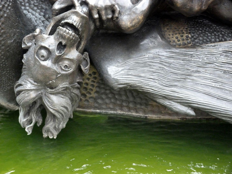 "Ehekarussell / Hans-Sachs-Brunnen ""Höllendrache"", Detail"