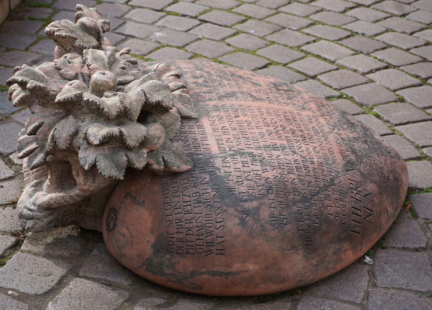 """Ehekarussell / Hans-Sachs-Brunnen """"Das Herz als volkstümliches Symbol der Liebe ist in das Pflaster des Ludwigplatzes gelegt wie ein Grabstein"""" (J.W.)"""
