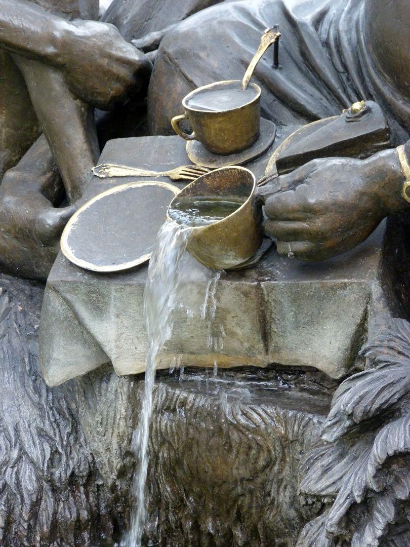 """Ehekarussell / Hans-Sachs-Brunnen """"Vielfraß"""" / Detail mit überlaufenden Tasse"""