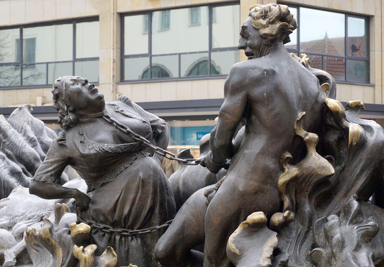 """Ehekarussell / Hans-Sachs-Brunnen """"Höllenfeuer"""" / """" Mann und Frau miteinander im Haß verbunden, der Mann als tanzender Teufel, die Frau als teufliches Weib."""" (J.W.)"""