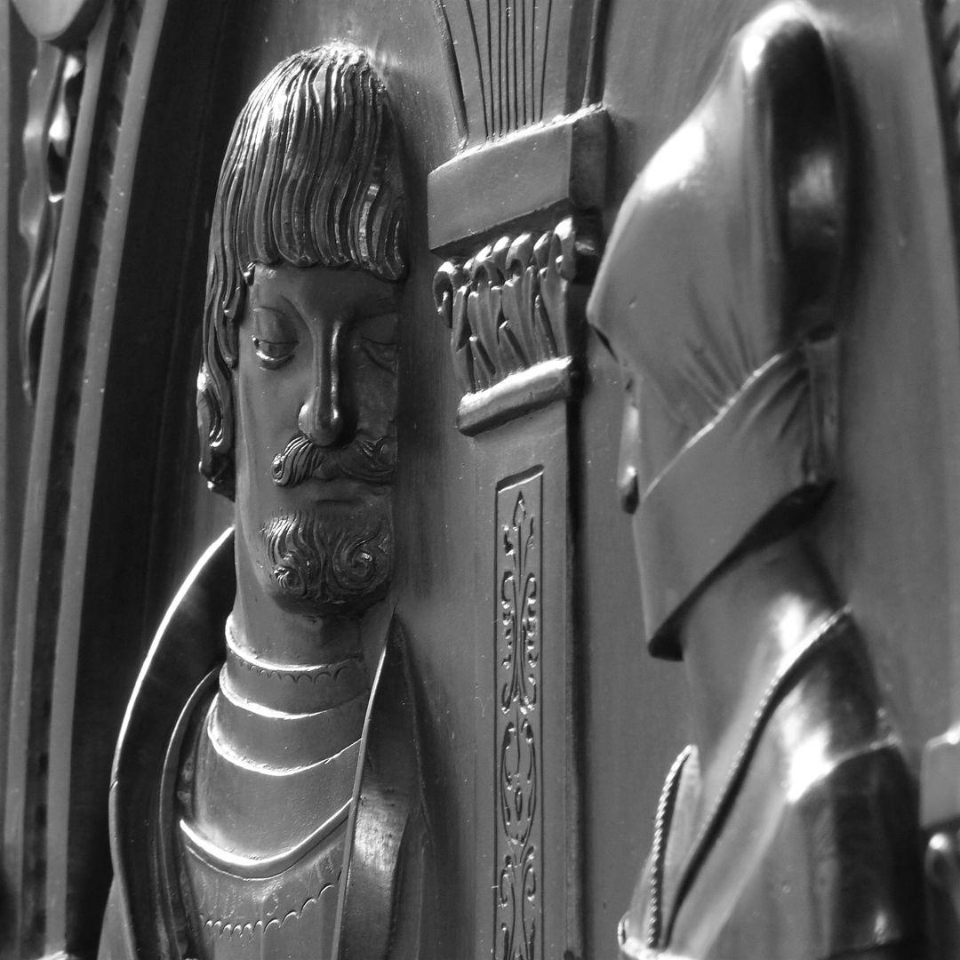 Epitaph der Walburga von Schaumberg und ihres Gemahls, Sebastian scharfe Schrägansicht mit Kopfreliefs