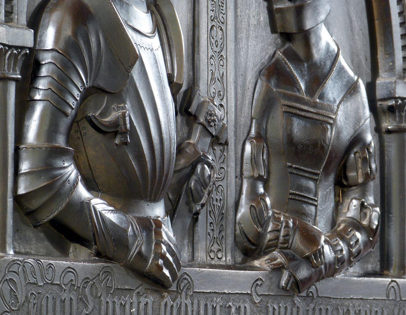 Epitaph der Walburga von Schaumberg und ihres Gemahls, Sebastian scharfe Schrägansicht der Oberkörperreliefs