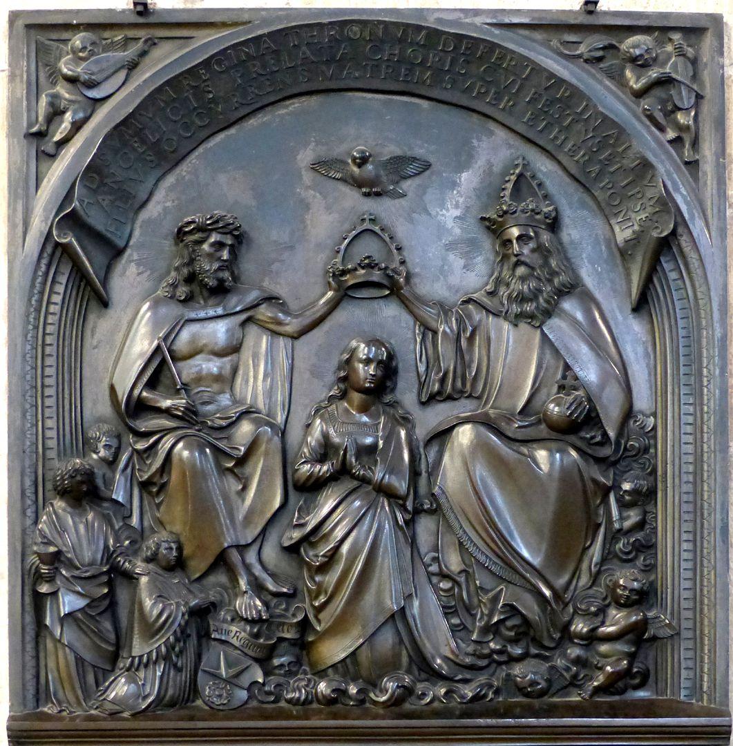 Epitaph des Propstes Henning Göden (gest. 1521) Relief mit Marienkrönung, zu Füßen Christi der kniende Propst, dahinter der ihn empfehlende Namenspatron Johannes Evangelist mit seinem Attribut, dem Kelch