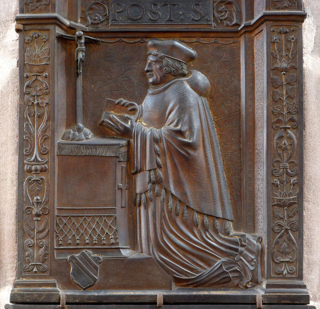 Epitaph für Dr. Hector Pömer d.J. Der Propst kniet vor einem Alter, unten links: Wappen / Ausrichtung nach Norden