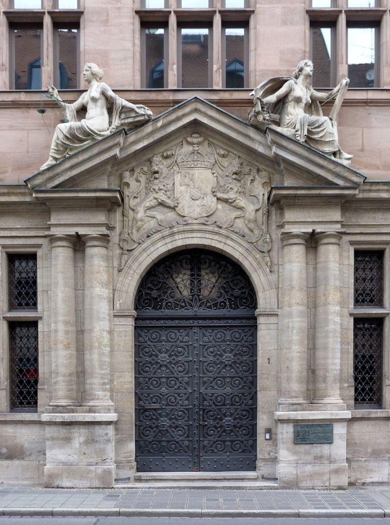 Sozialgericht Portal / Steinfiguren von Philipp Kittler