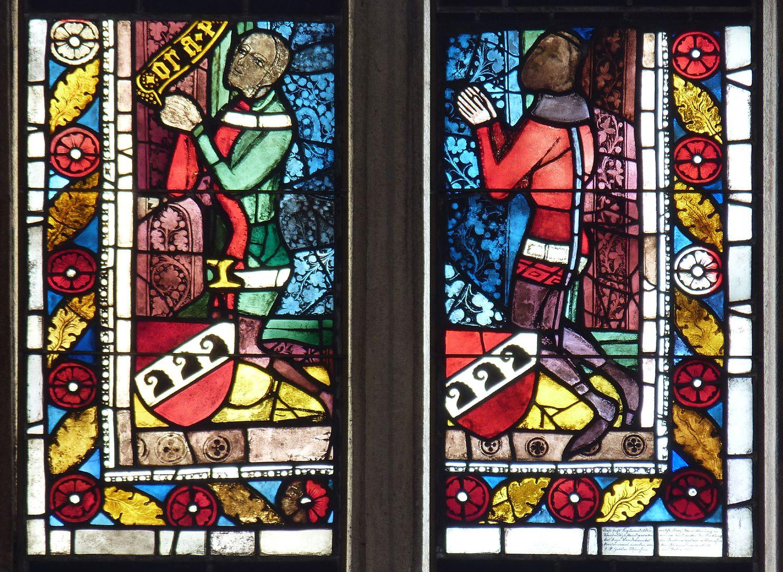 """Fenster, Bäcker-Empore Scheiben rechts, kniende Ritter mit Schnödschem Wappen, links Filakterienfragment """"ora..."""""""