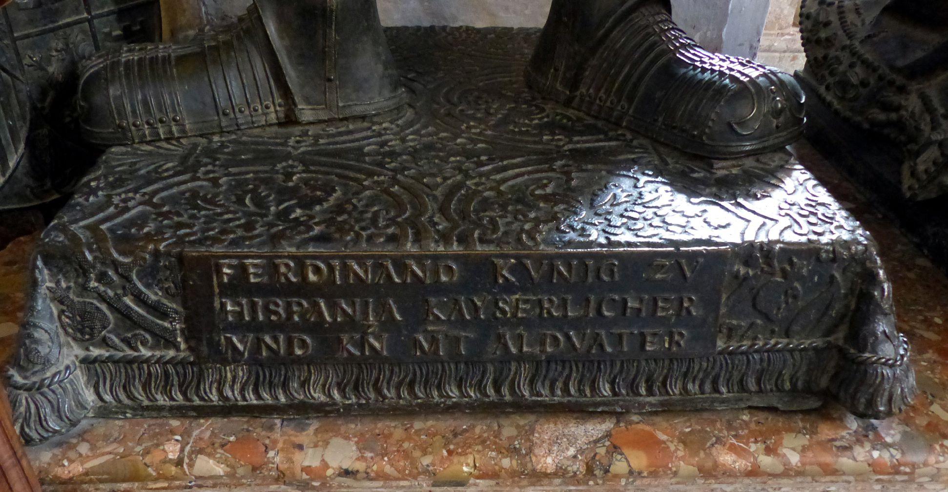 Ferdinand (der Katholische) von Aragón  (Innsbruck) Sockel mit Inschrift: FERDINAND KVNIG ZV / HISPANIA KAYSERLICHER / VND KN MT ALDVATER