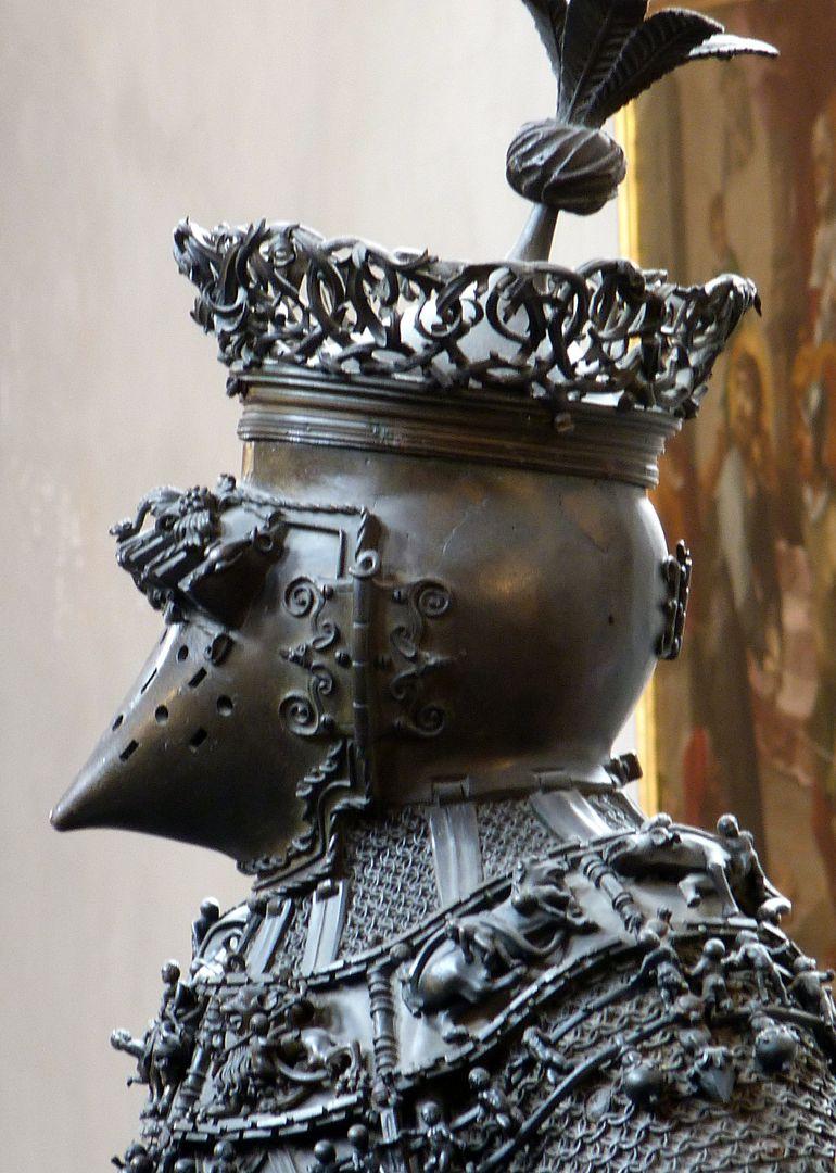 Ferdinand von Portugal (Innsbruck) Helm, linkes Profil