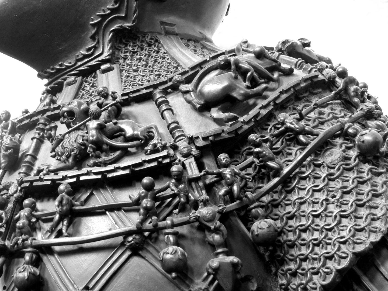 Ferdinand von Portugal (Innsbruck) Kette und Reliefs mit auf Fabelwesen reitenden Knaben, Detail