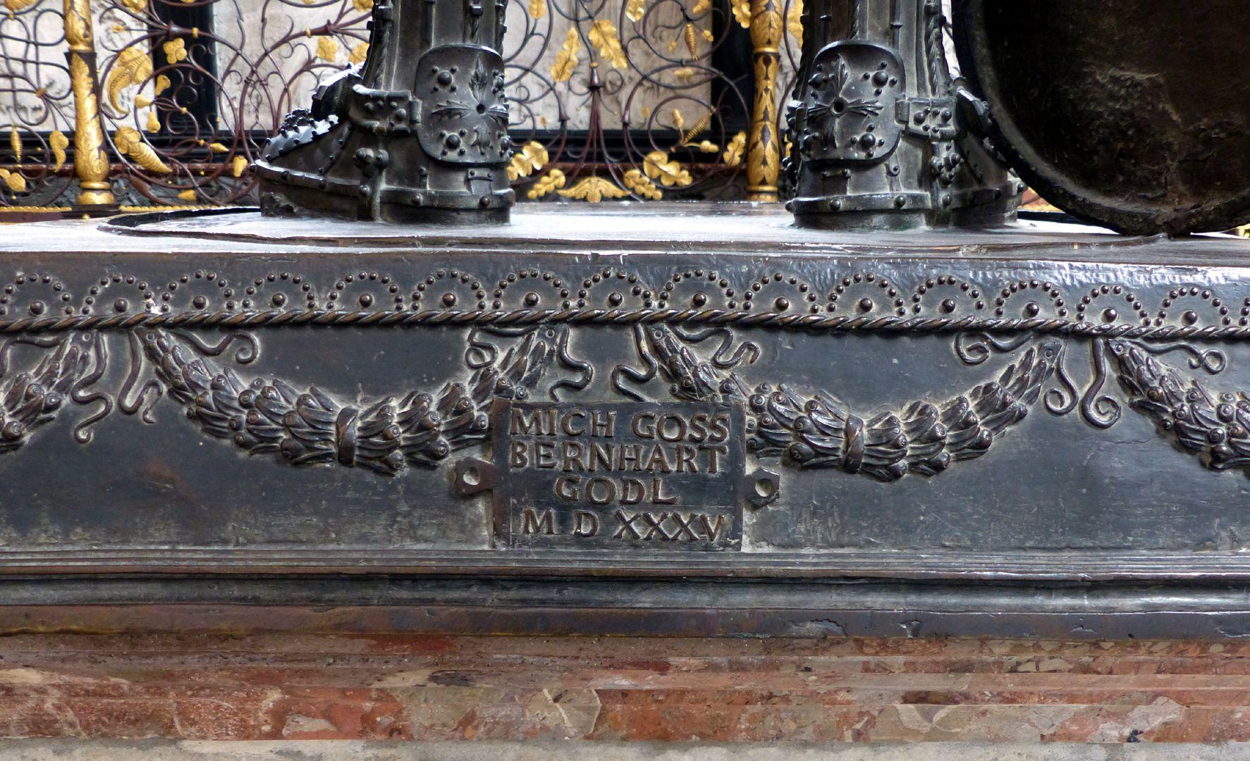 Ferdinand von Portugal (Innsbruck) Sockel mit Inschrift: MICH GOSS BERNHART GODL MDXXXV