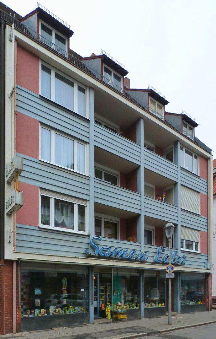 Wohn- und Geschäftshäuser Schrägansicht, die seitlichen Fensterbändern entsprechen den Schlafzimmer