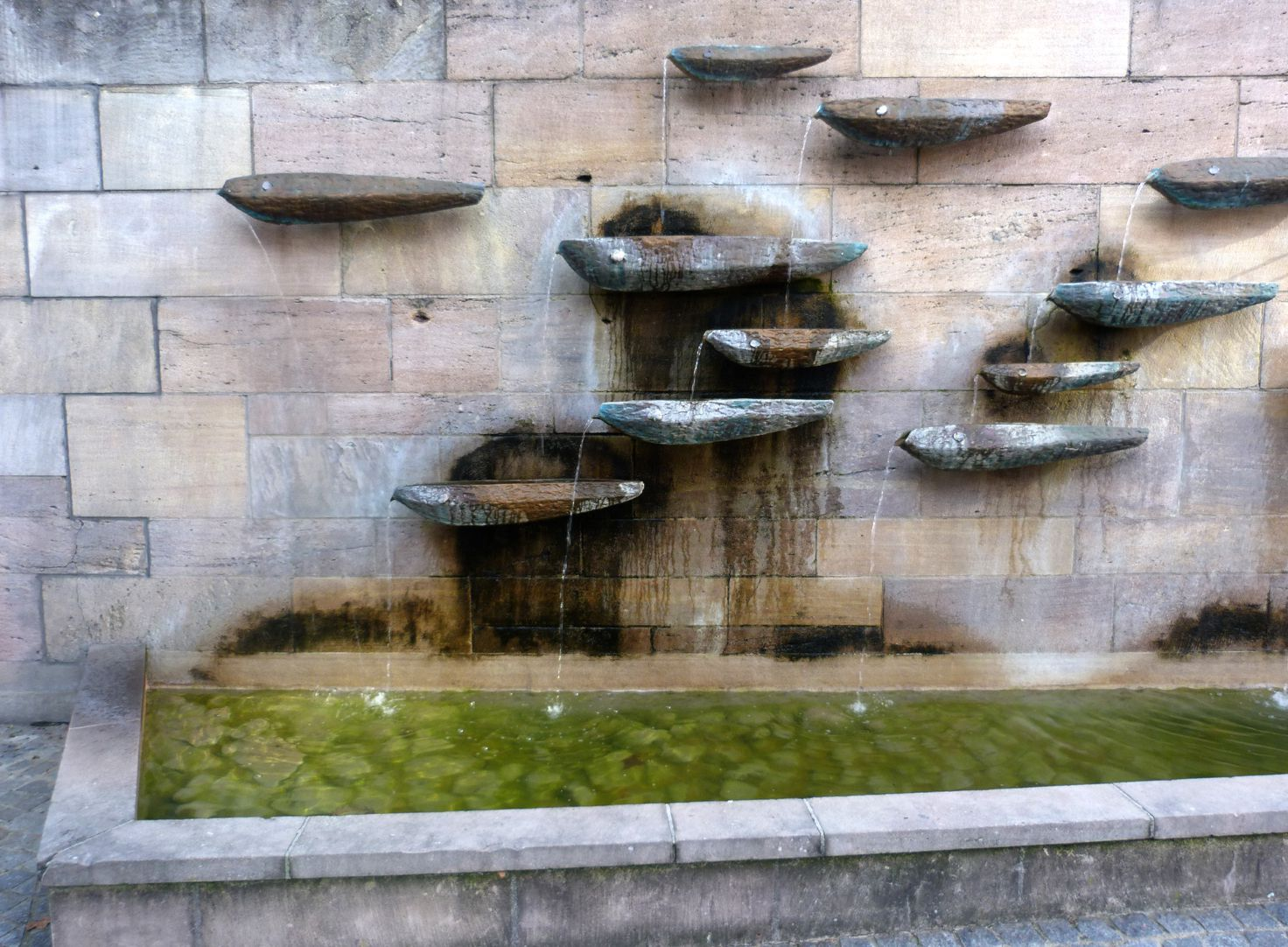 Fischbrunnen Wasserschalen und Wasserbecken