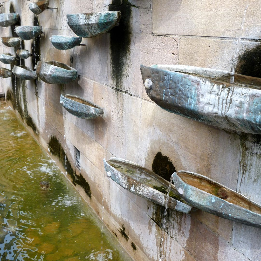 Fischbrunnen Wasserschalen, Schrägansicht